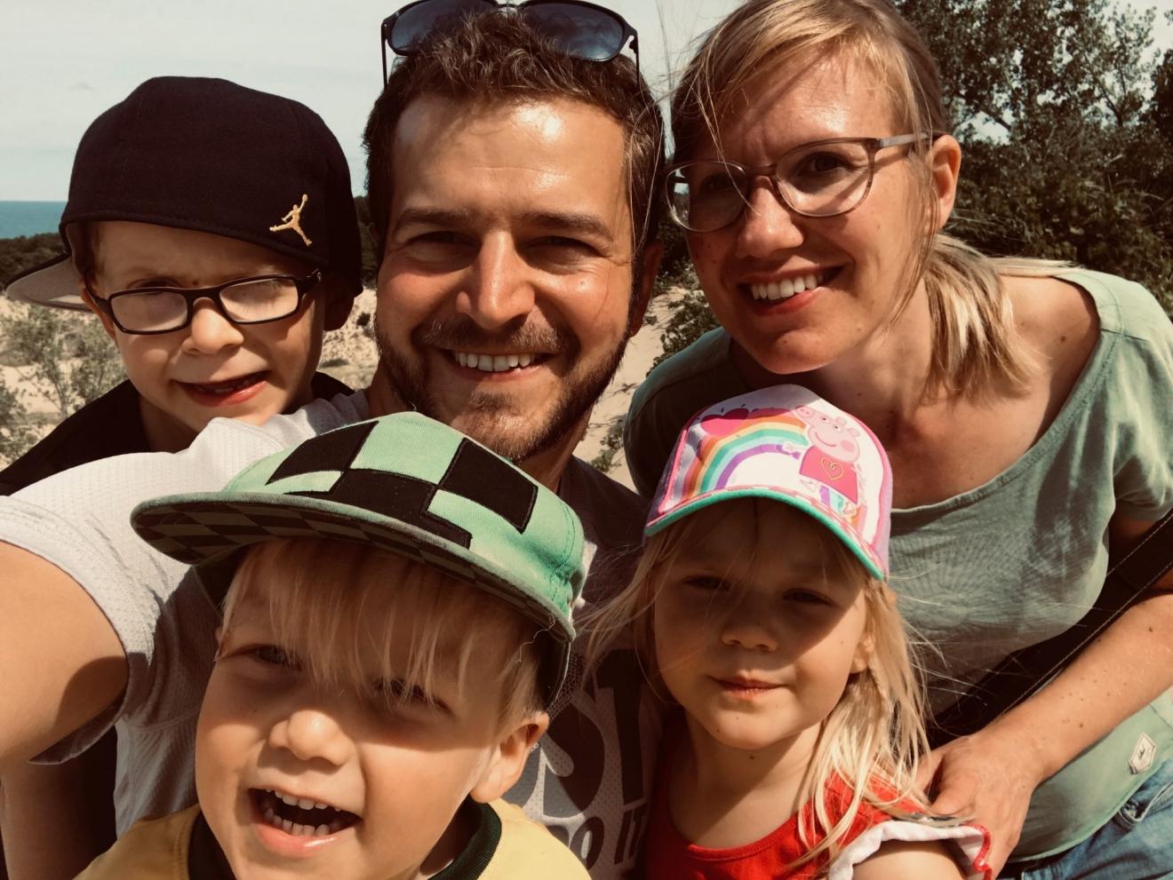 Online Ostergottesdienst für alle Generationen mit Familie Stock